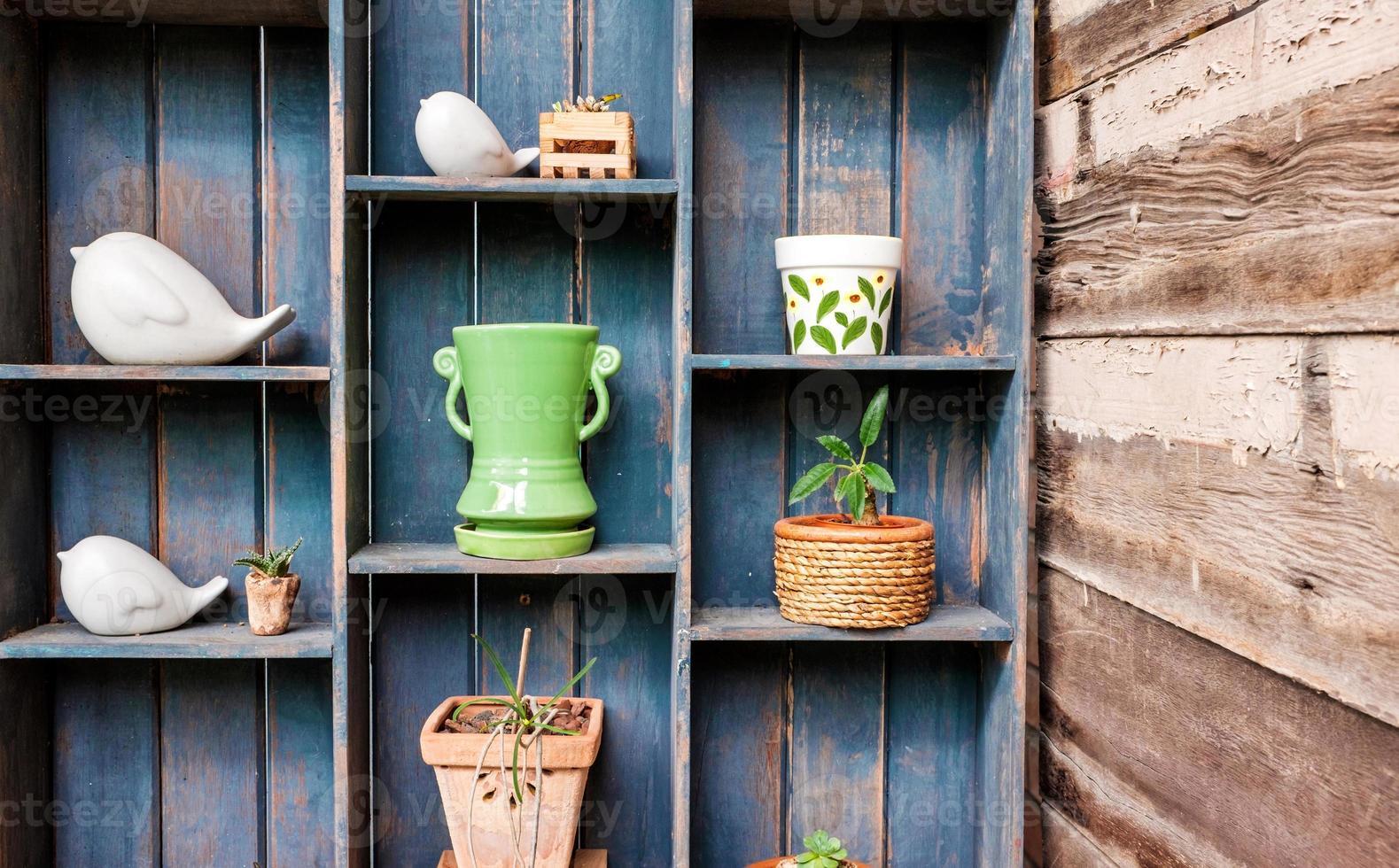 trähyllor av keramik och bakgrund. foto