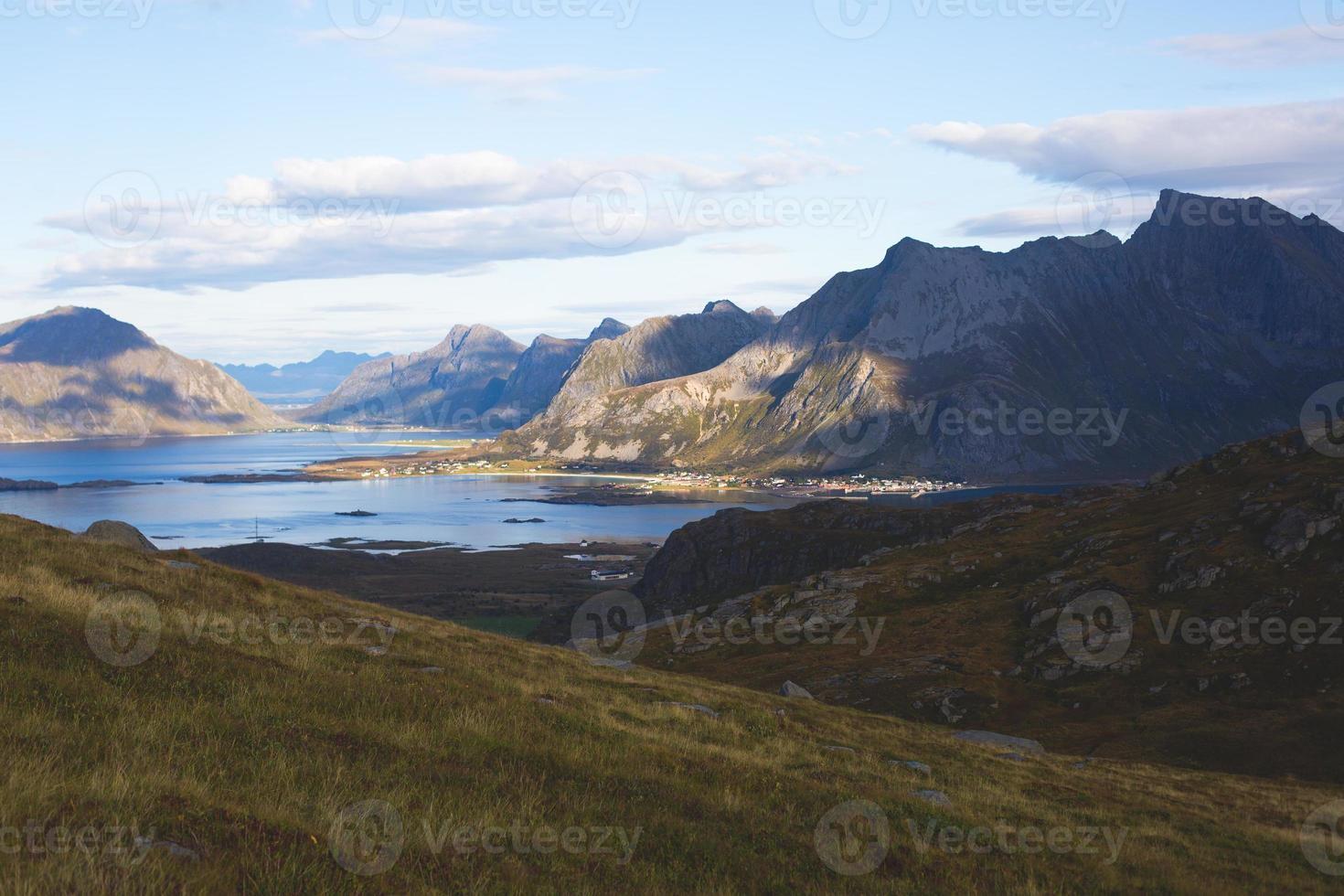 sommarnorsk landskap med utsikt över ryten, Lofoten, Nordland foto