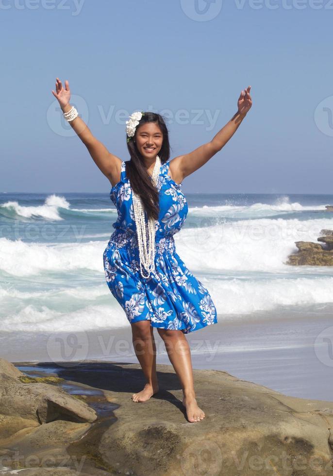 glad tonårsflicka som dansar hula på stranden foto