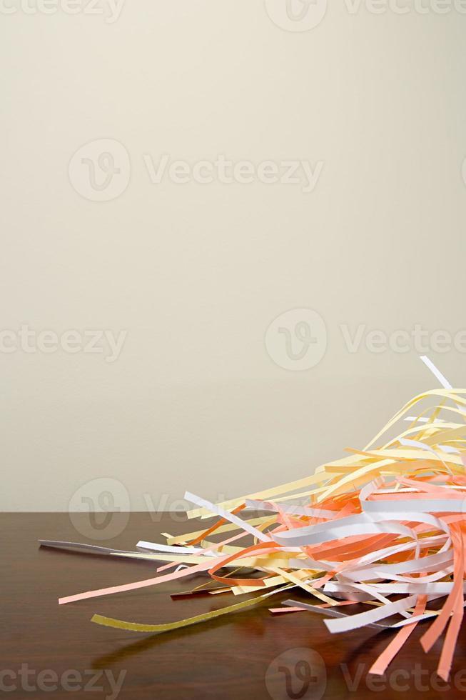 strimlat papper på ett skrivbord foto