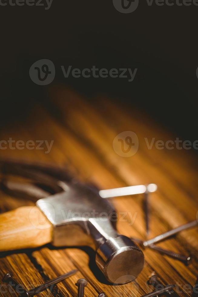 hammare och naglar som läggs ut på bordet foto