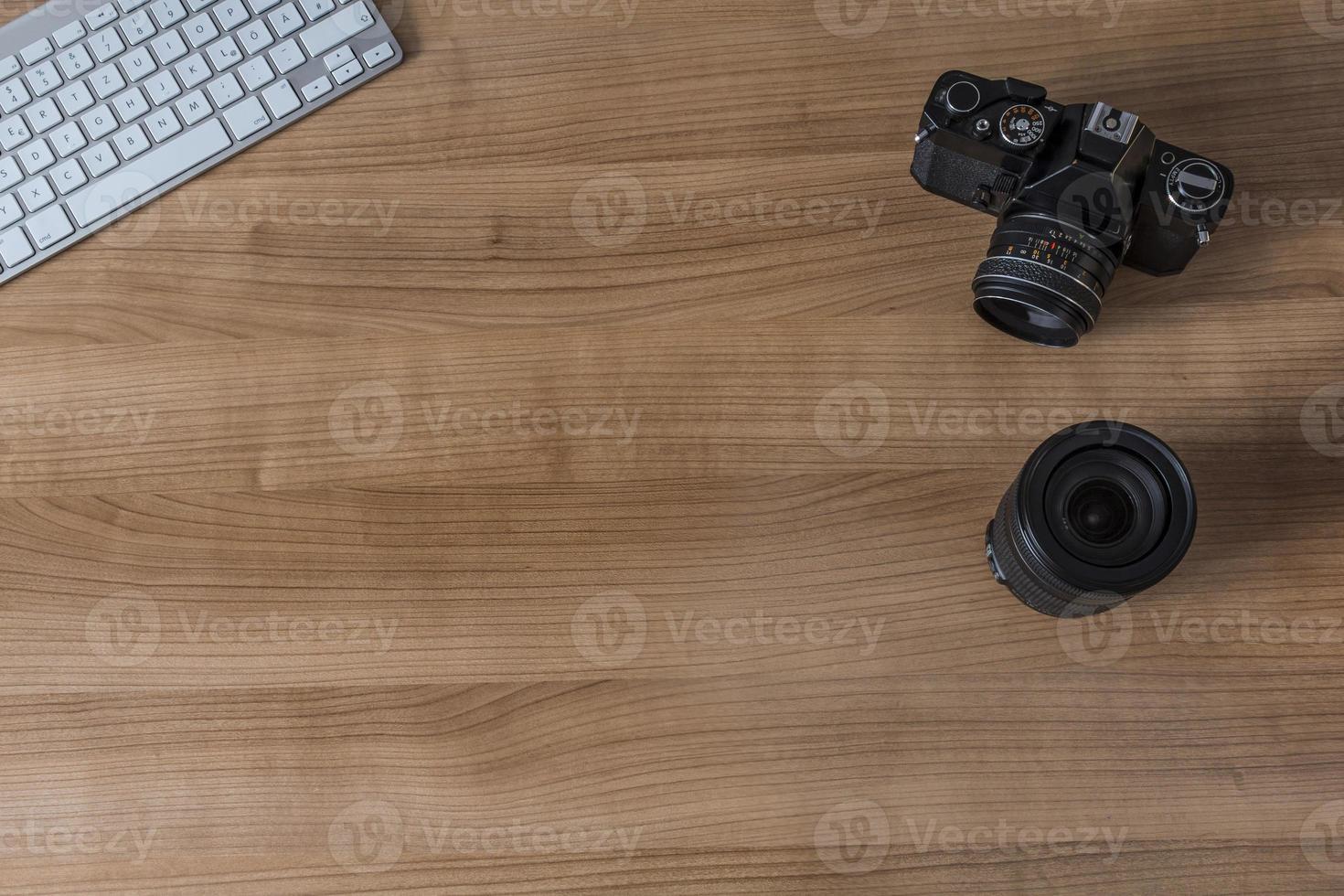 skrivbord med modernt tangentbord och kamera foto