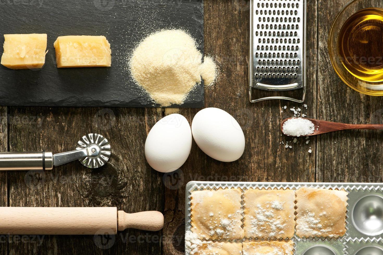 redskap och ingredienser för ravioli foto