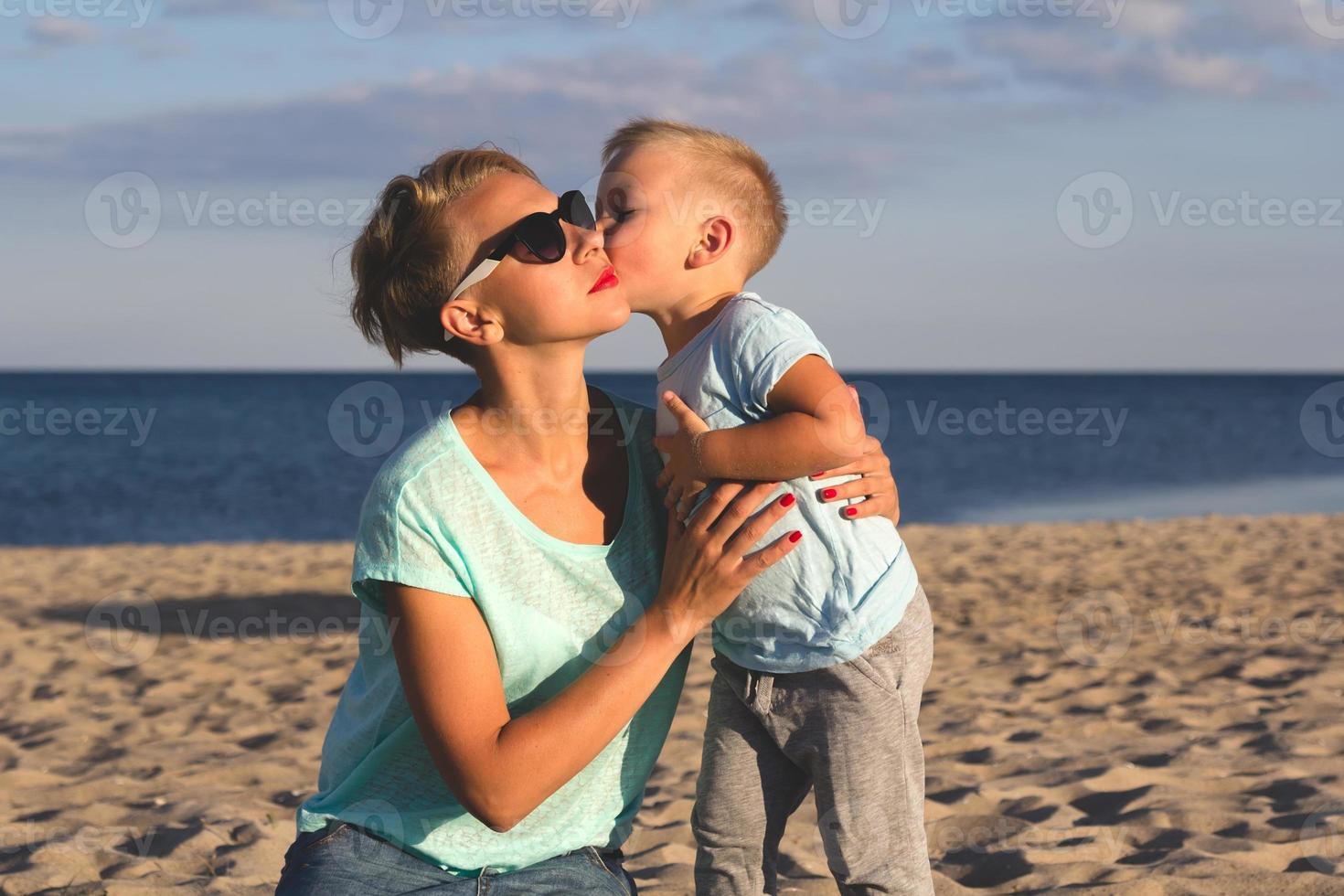 lycklig familj som vilar på stranden på sommaren foto
