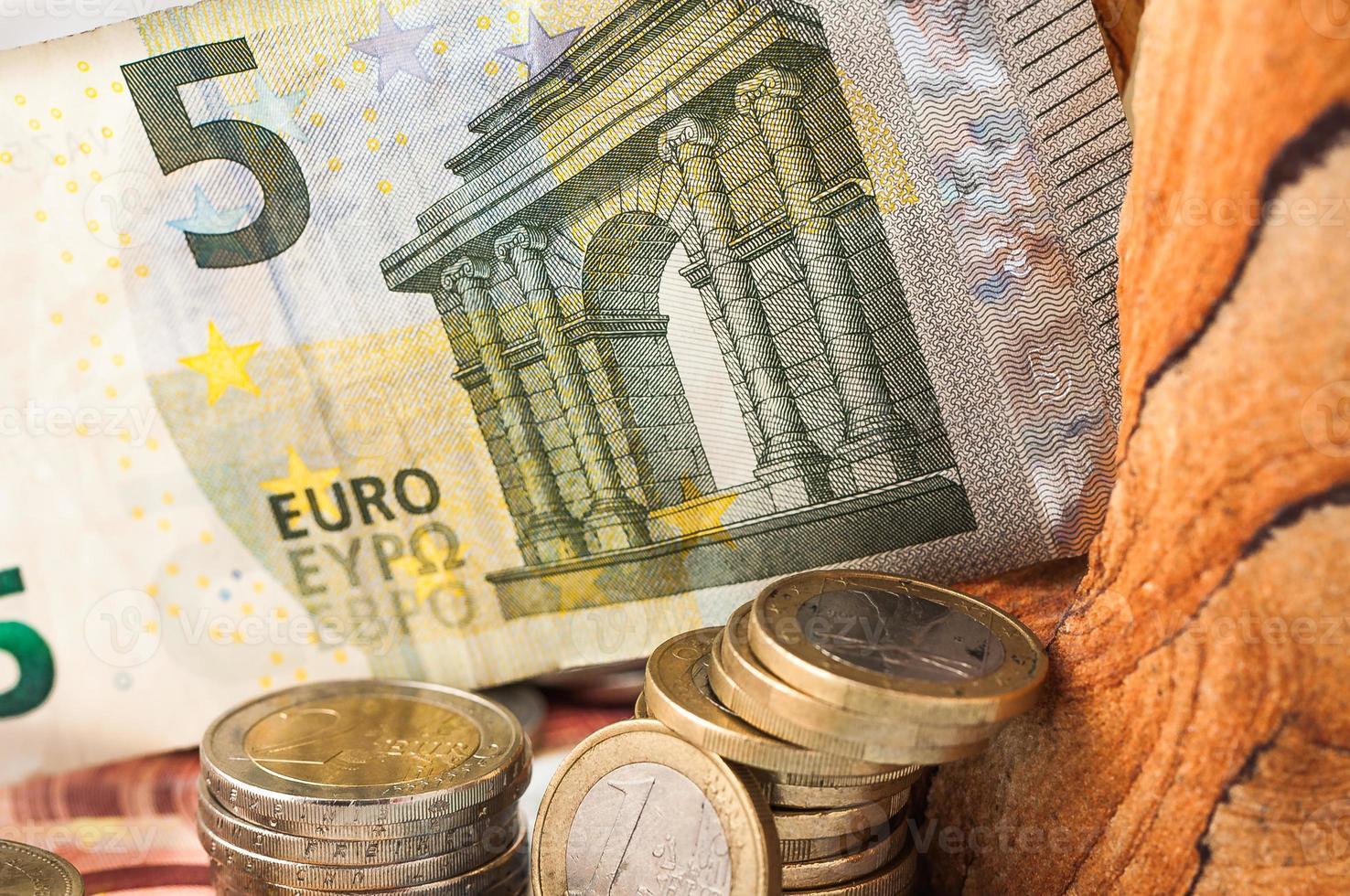 pengar fem eurosedlar och mynt foto