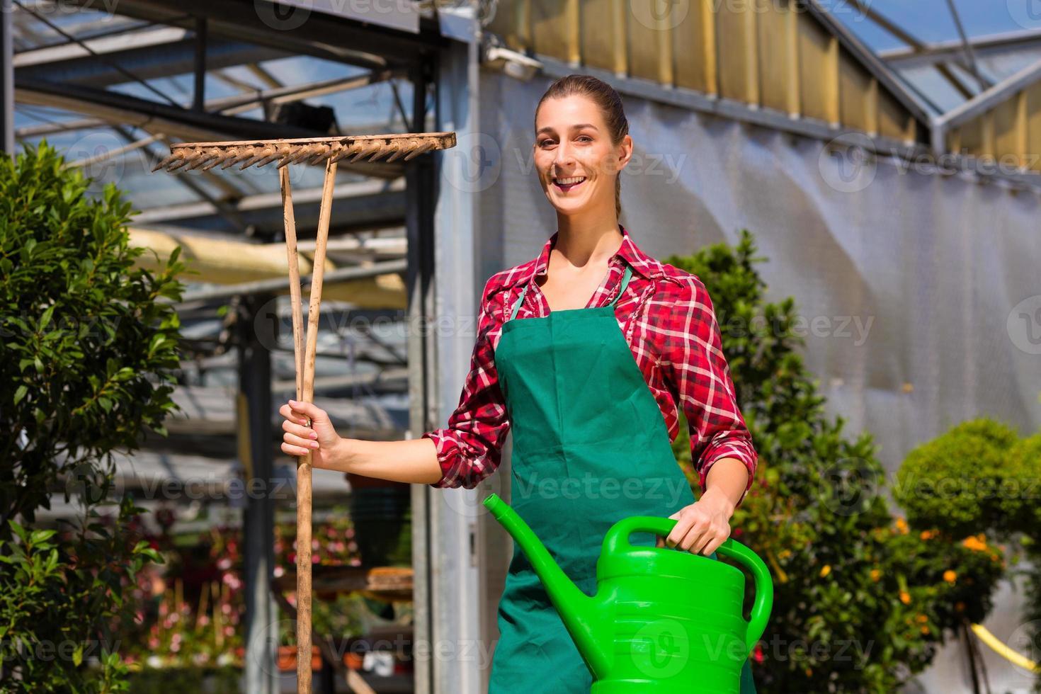kvinna kommersiell trädgårdsmästare i plantskola foto