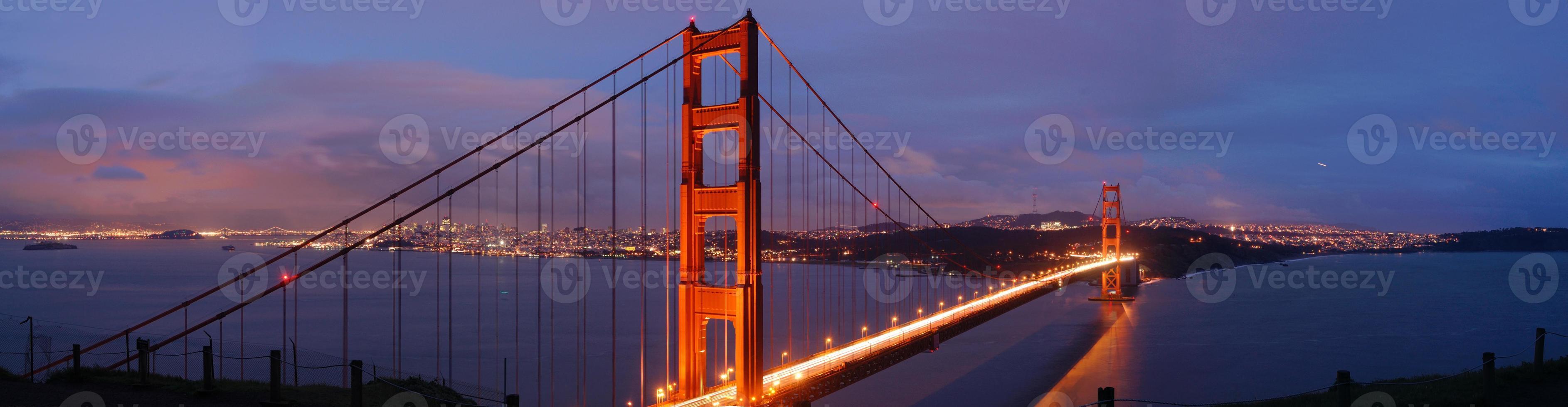 gyllene gate bridge i skymningen foto