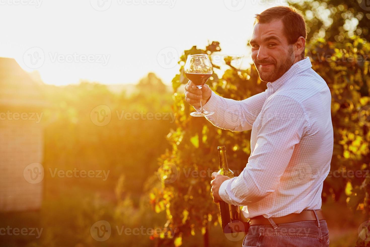 man med ett glas rött vin foto