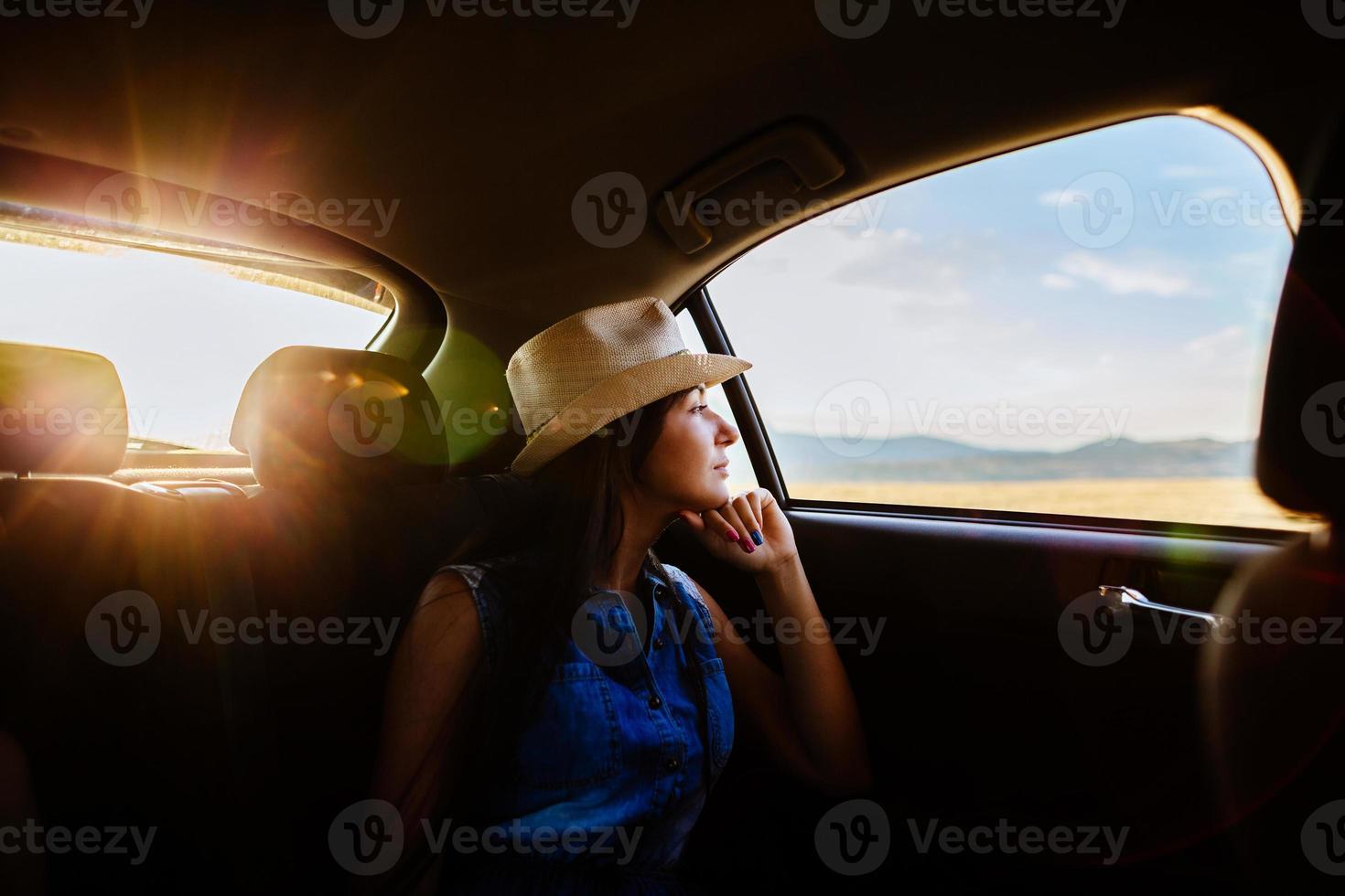 kvinnor reser med bil med solljus och pittoreska foto