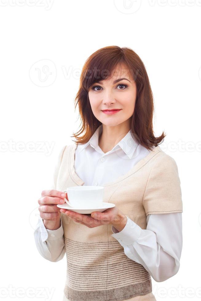 kvinnan tycker om sin kopp te på vit bakgrund foto