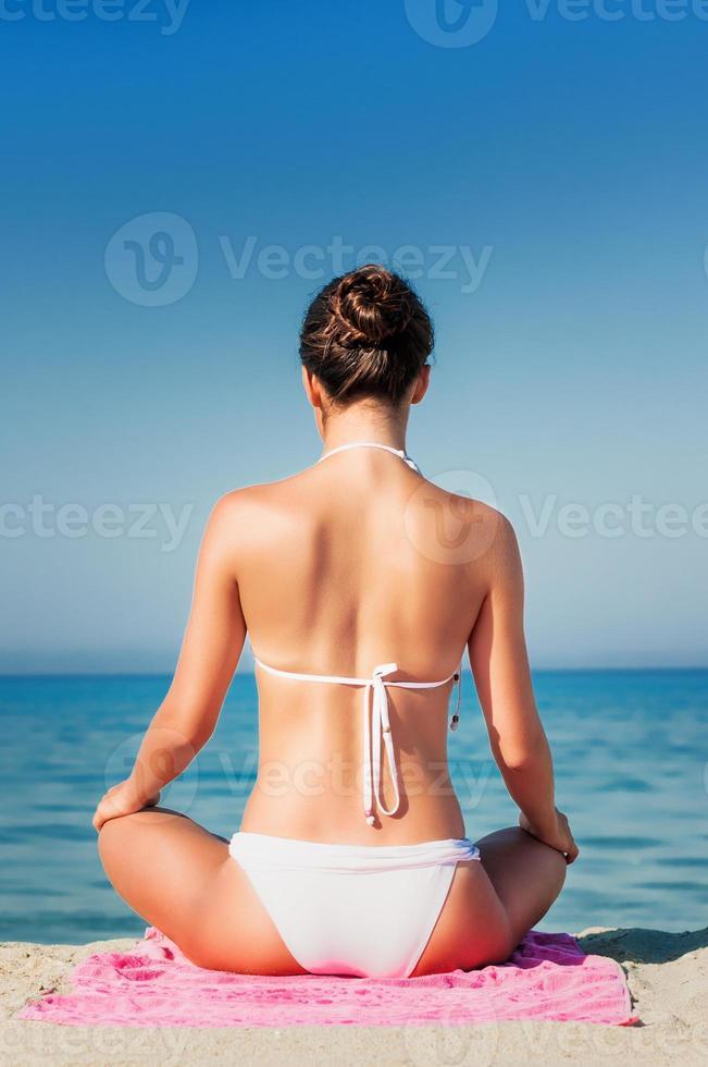 ung flicka som kopplar av vid stranden foto
