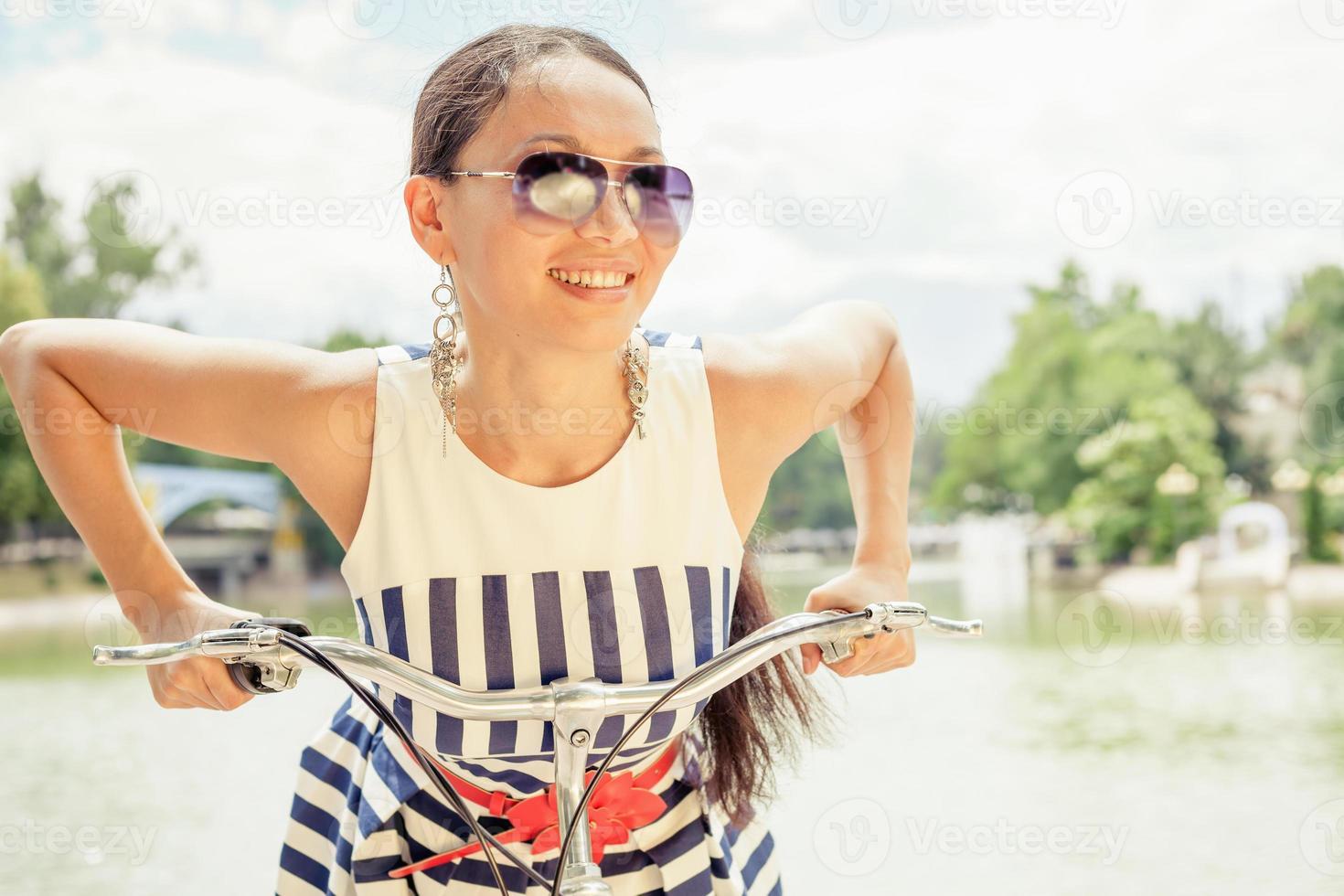 glädje och njutning asiatisk kvinna reser till Paris med cykel foto