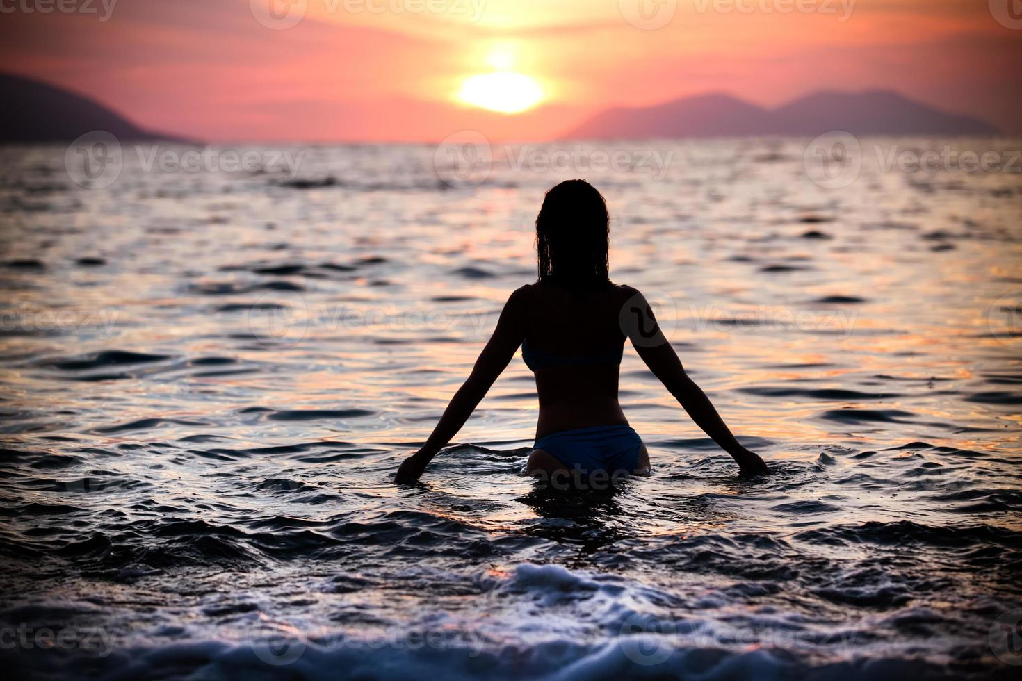 underbar passform kvinna siluett simma i sunset.free kvinna njuter av solnedgången. foto