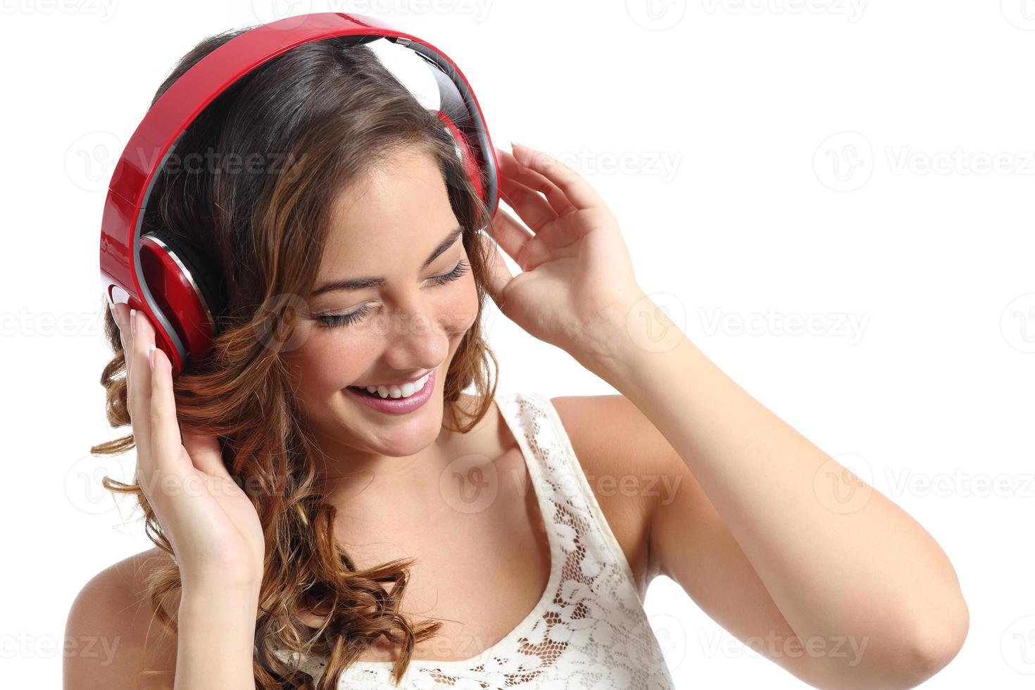 ung glad kvinna njuter av att lyssna på musiken från hörlurar foto