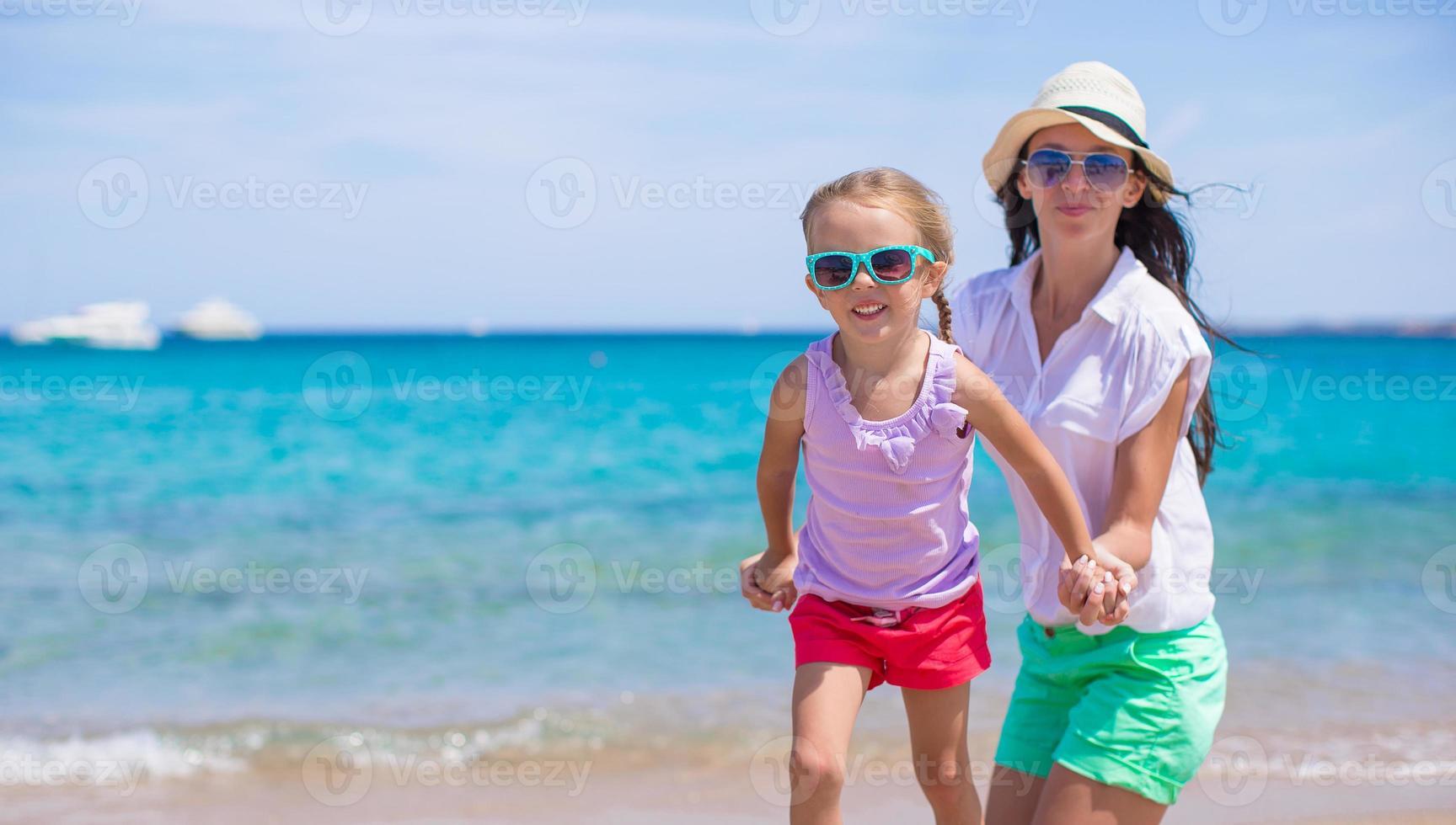 vacker mamma och hennes bedårande lilla dotter njuter av sommarlovet foto