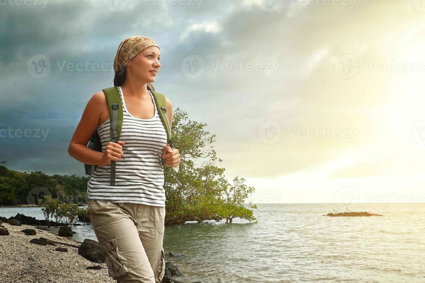 turist tjej njuter av utsikt över vacker solnedgång och hav, travelin foto