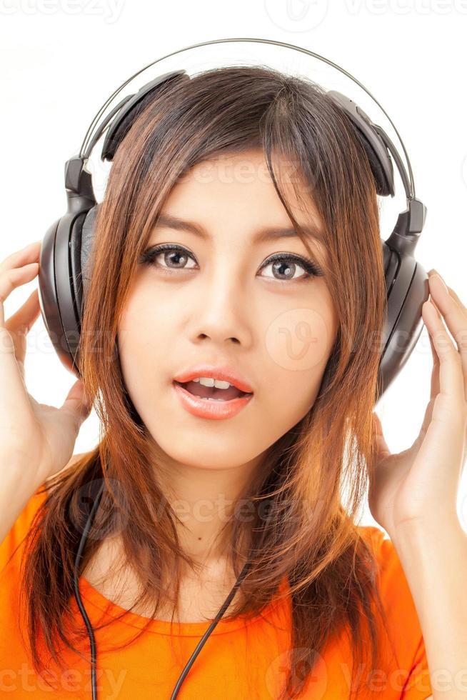 asiatisk kvinna och hörlurar foto