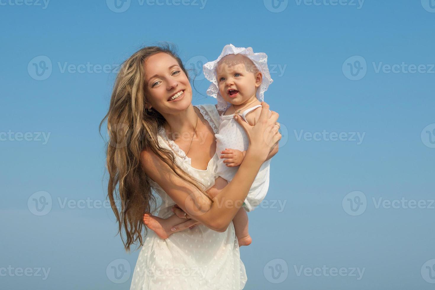 glad vacker mor och dotter njuter foto