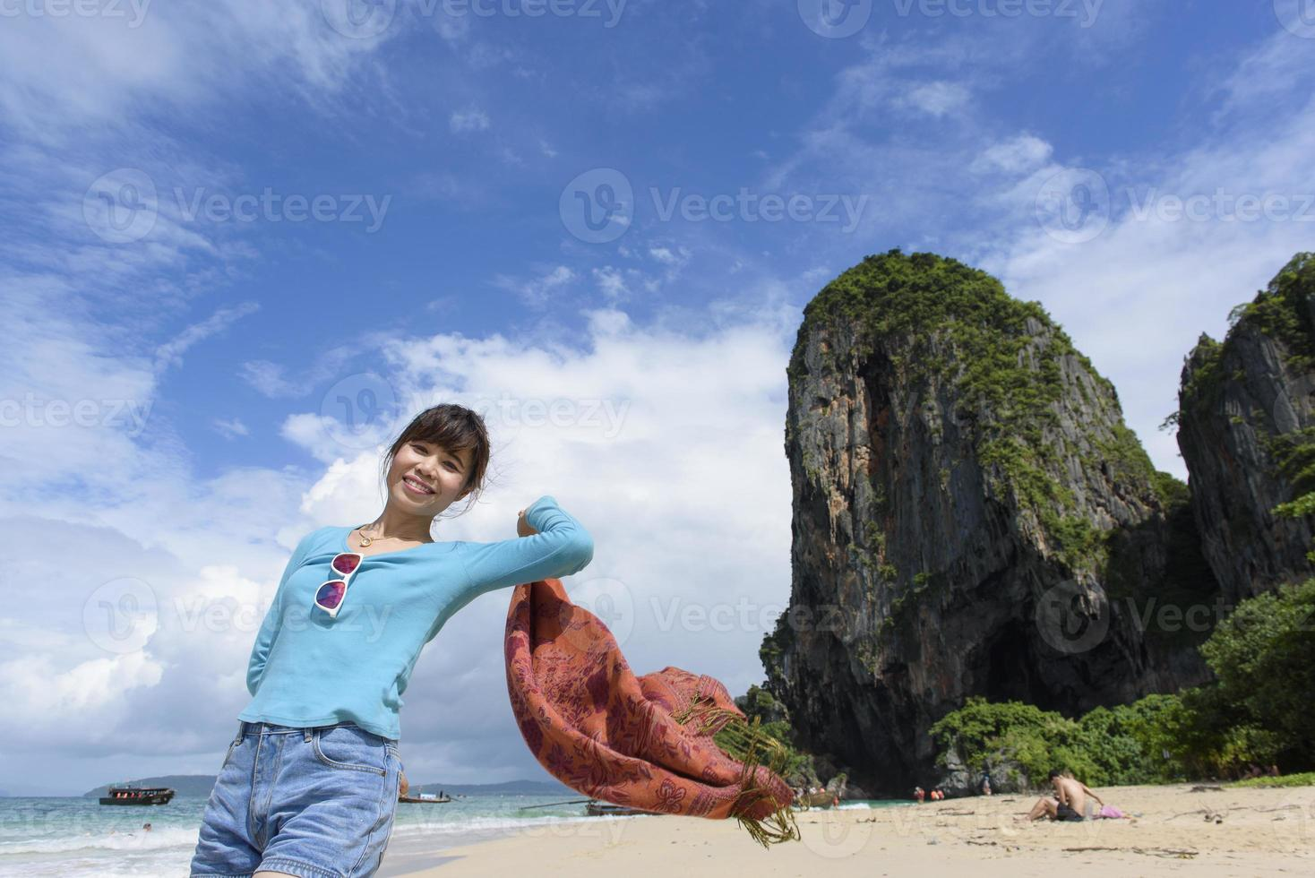 kvinna njuter av tillflyktsort promenader längs stranden foto