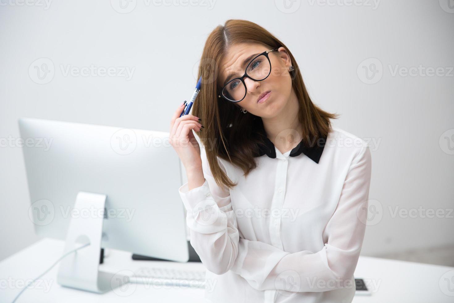 fundersam affärskvinna i office foto