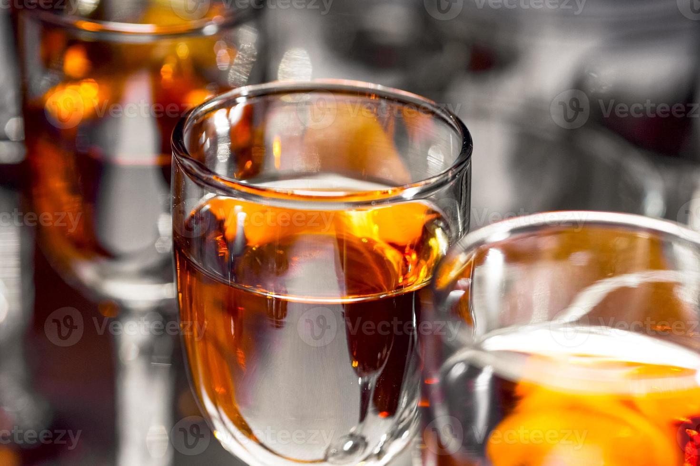 glas med vin på bordet foto