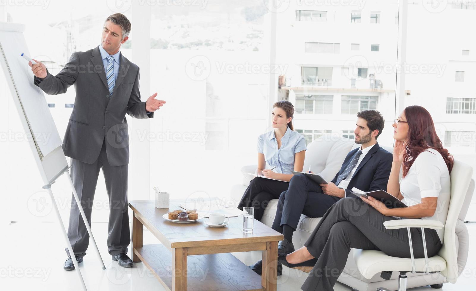 affärsman som ger en presentation foto