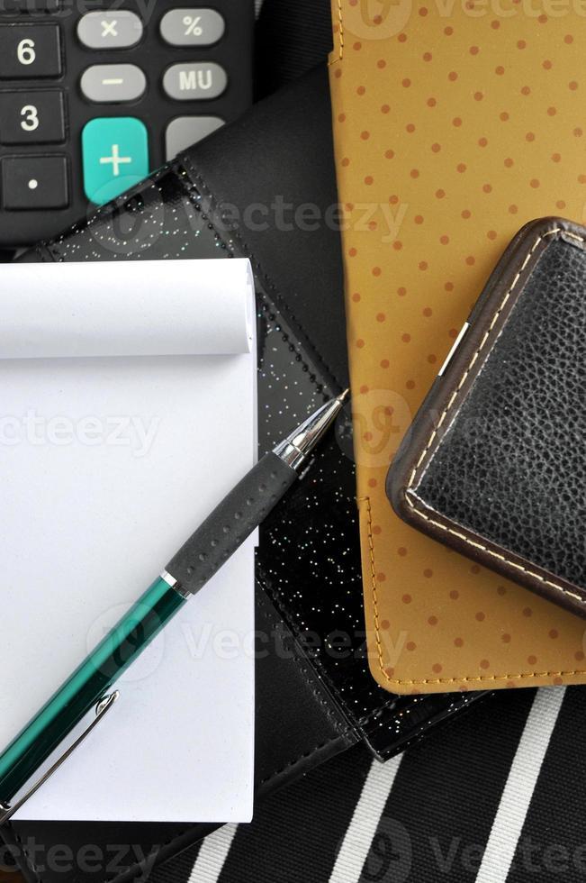 penna på anteckningsblock på svart anteckningsbok foto