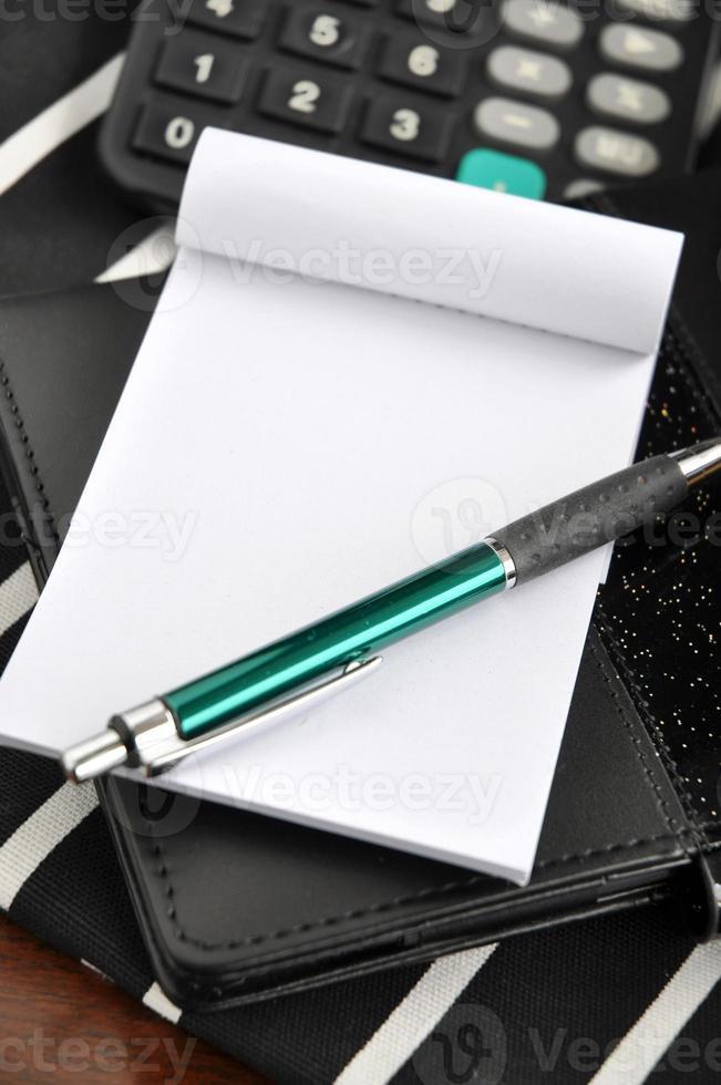 penna på anteckningsblocket foto