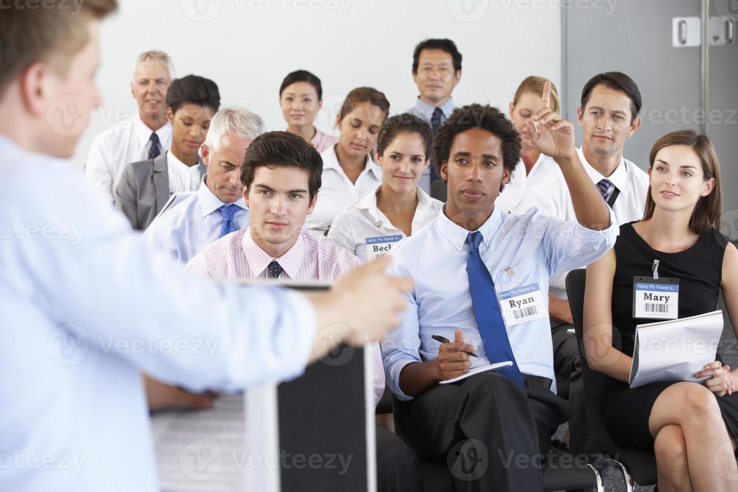 affärsman som levererar presentation foto