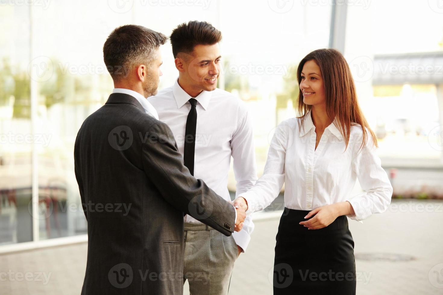 affärslag. människor skakar hand och kommunicerar med varandra foto