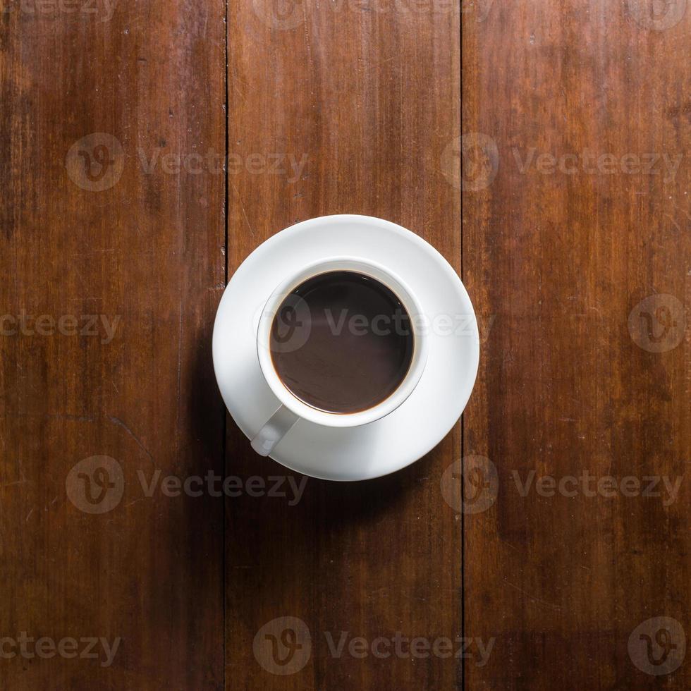 kaffekopp på träbakgrund, ovanifrån foto