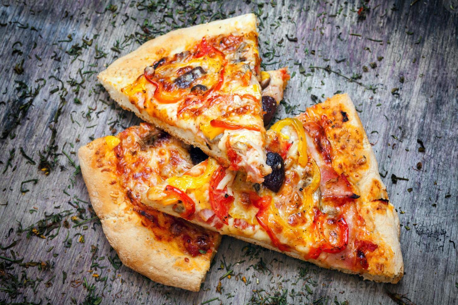pizza skuren i skivor foto