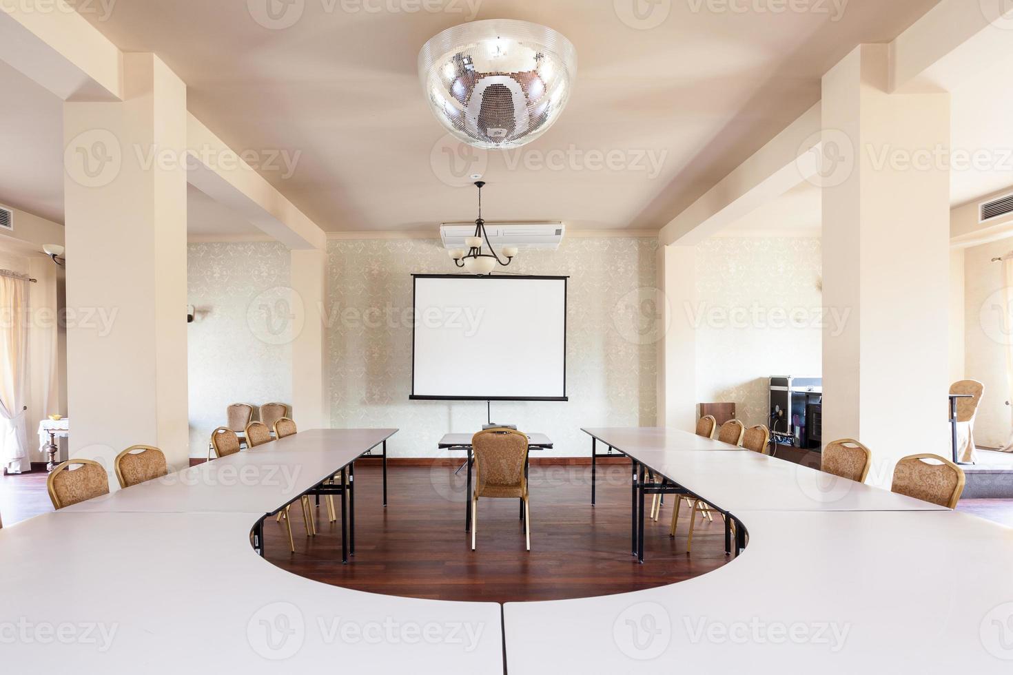 rum med konferensbord foto