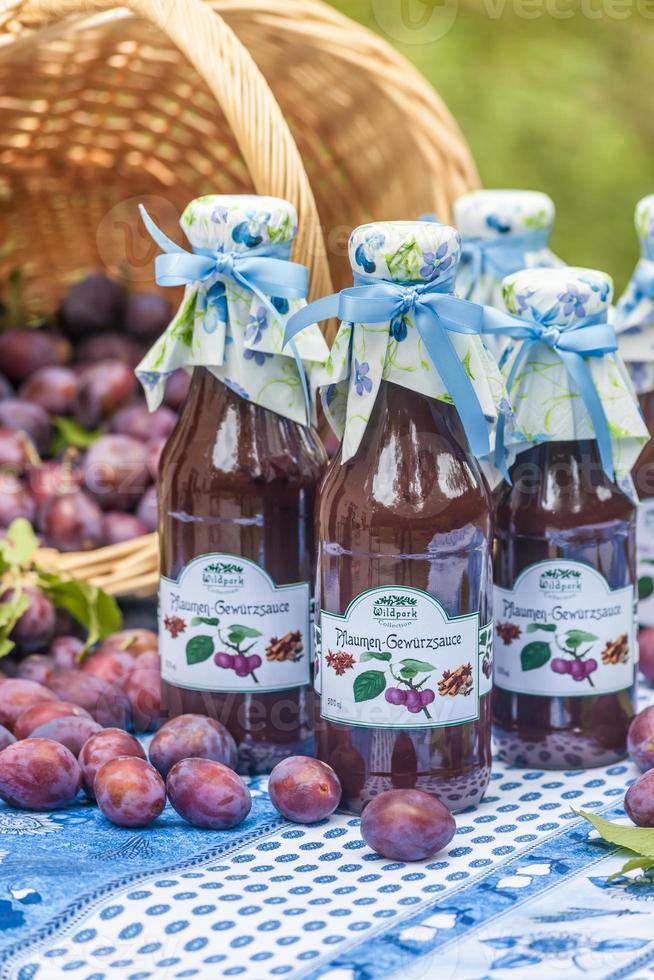 flaskor med kryddig plommonsås foto