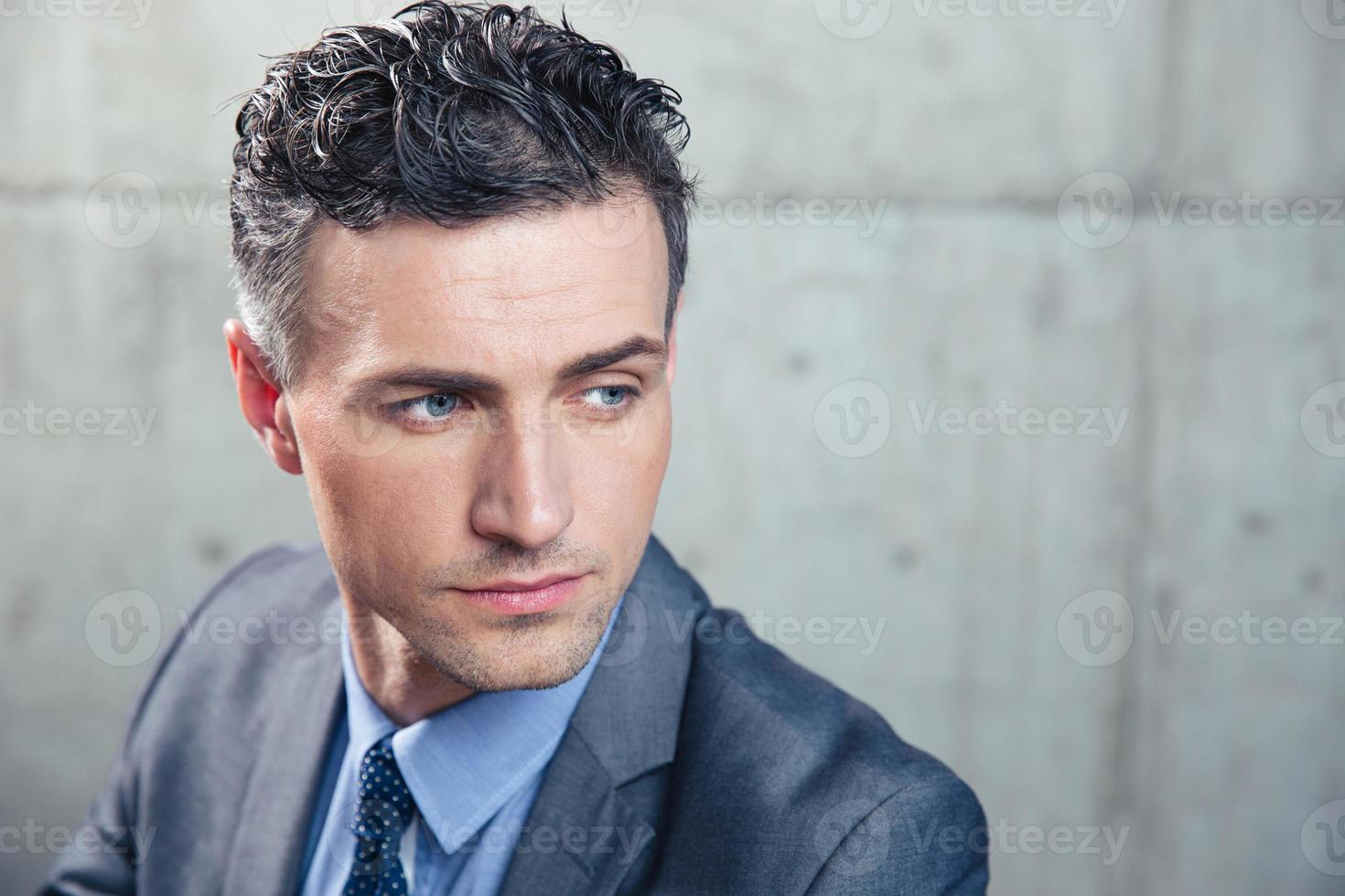 porträtt av en fundersam affärsman foto