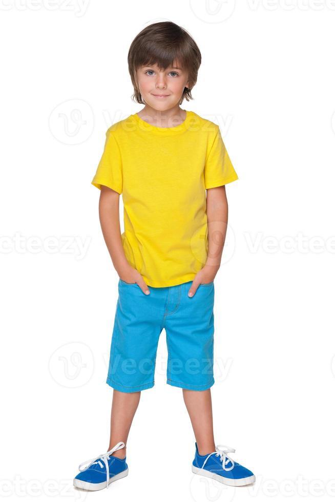 stilig liten pojke i den gula tröjan foto