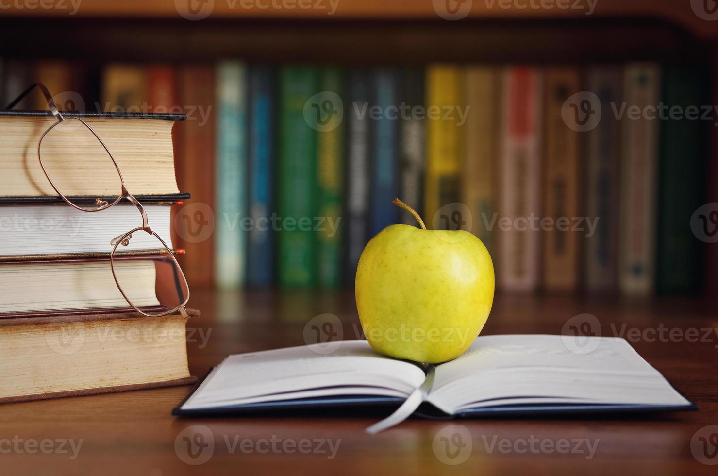 äpple på den öppna boken foto