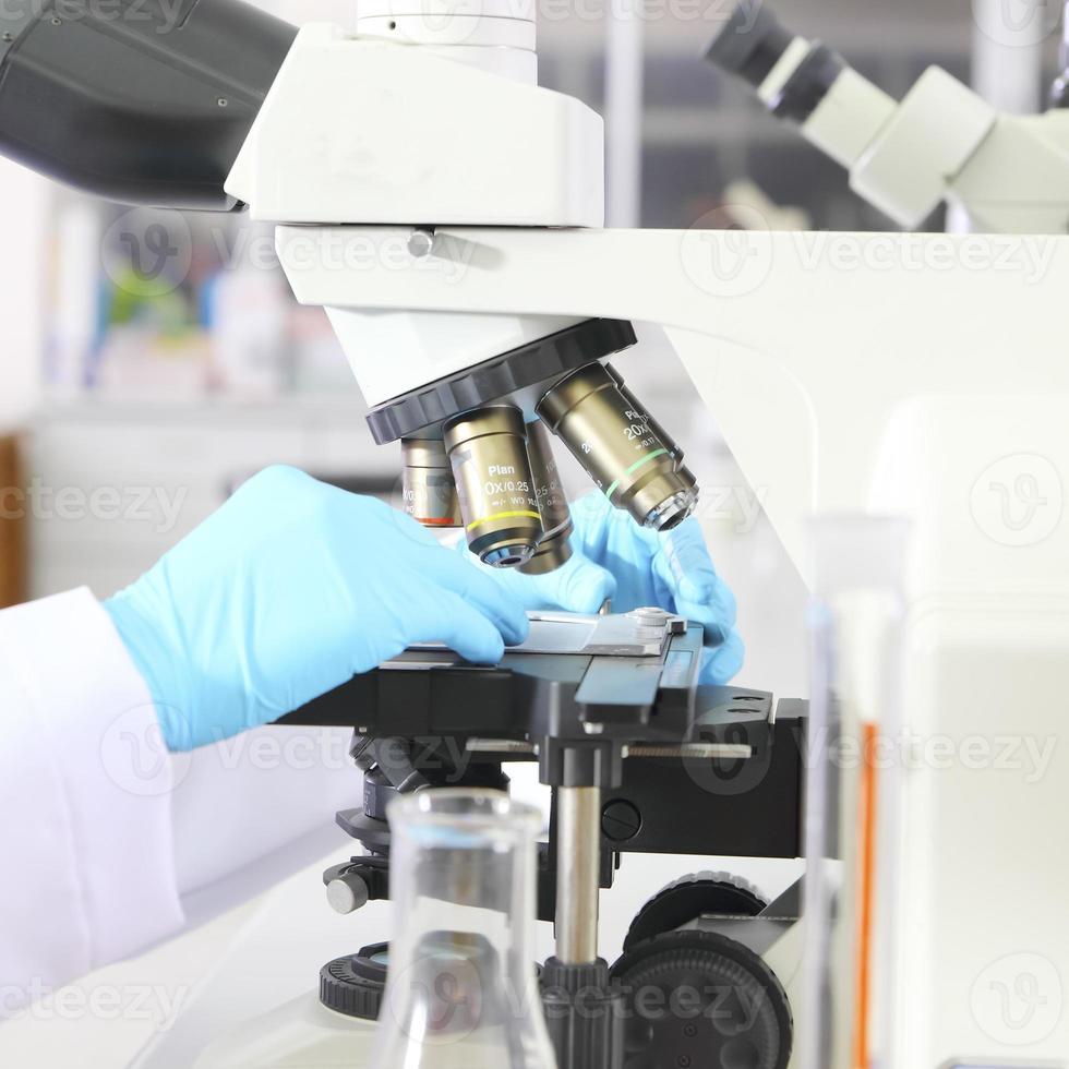 laboratoriemikroskop. vetenskaplig forskningsbakgrund. foto