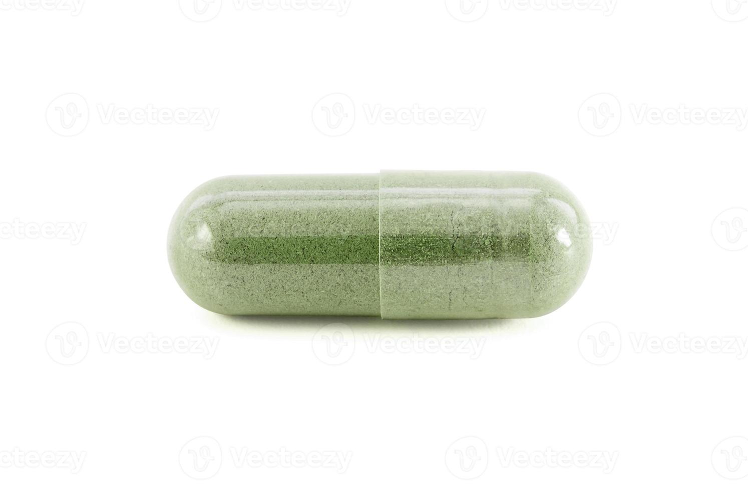 kapsel av grön växtbaserade tilläggsprodukter isolerad på vitt foto