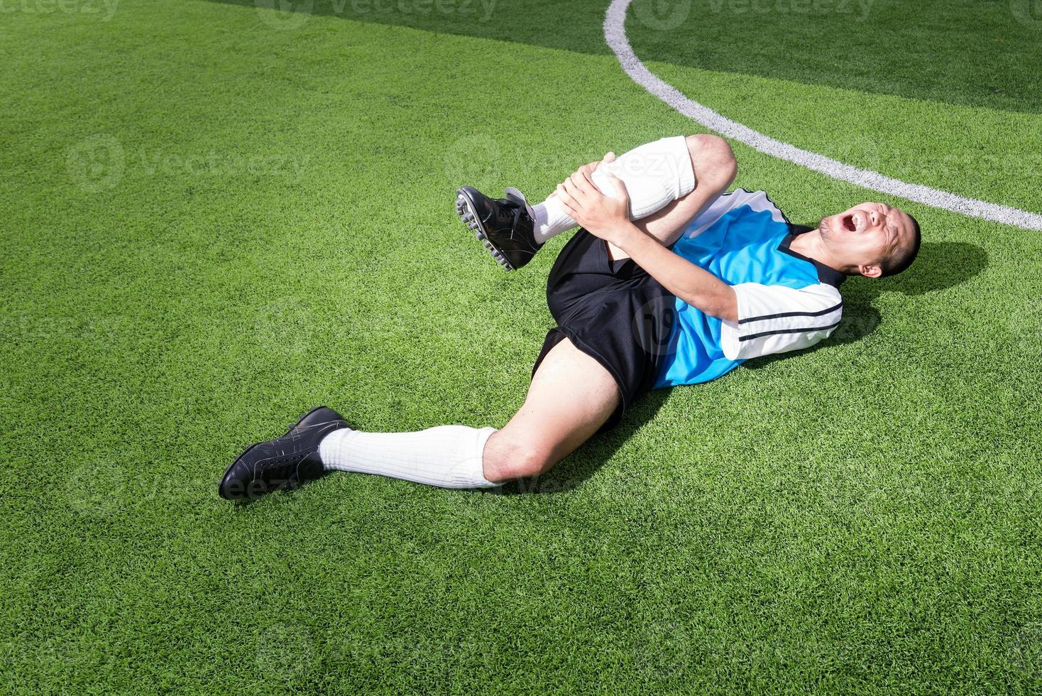 fotbollsspelare har olycksfall i smärta på fotbollsmatchen foto