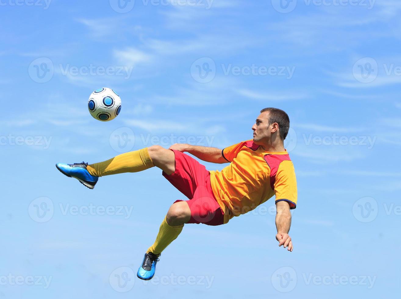 akrobatisk fotbollsspelare foto