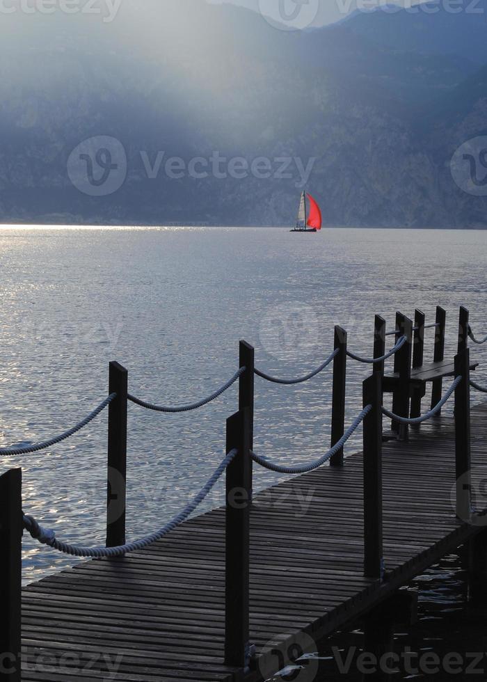 seglar på Gardasjön, Italien foto