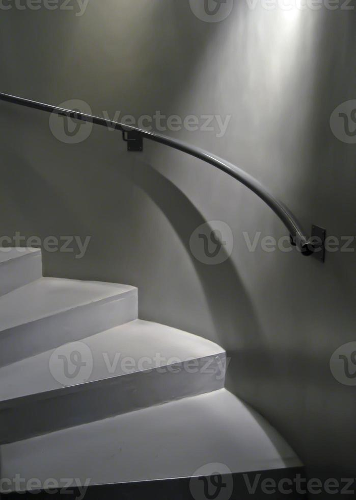 ljus och skuggor på böjd trappa foto