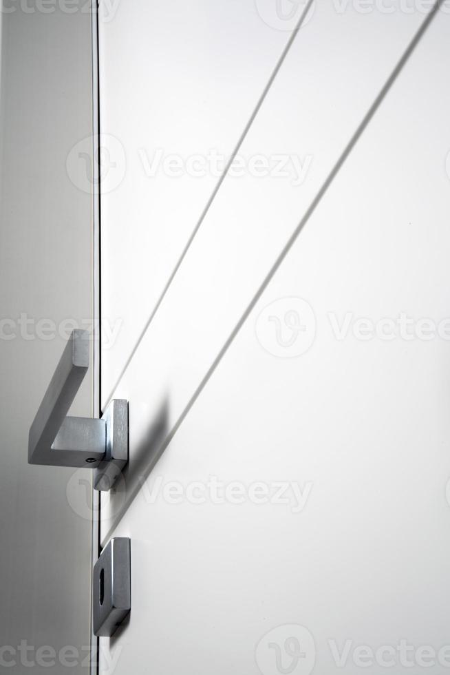 vit stängd dörr foto