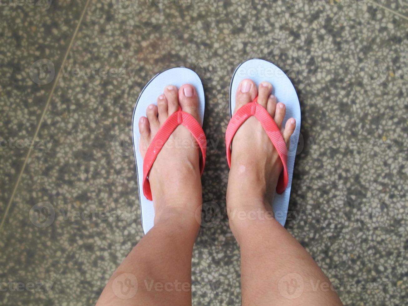 fötter som står på vägen foto
