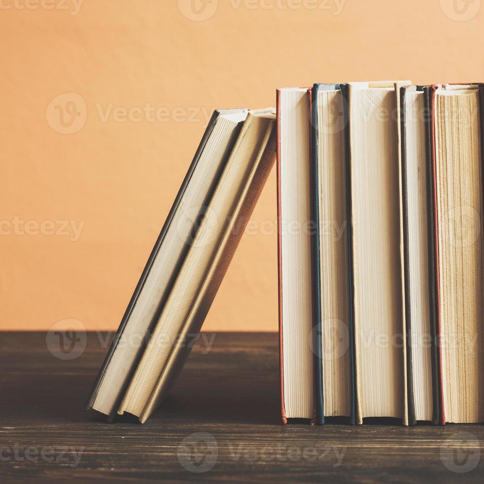 böcker på trähylla. foto
