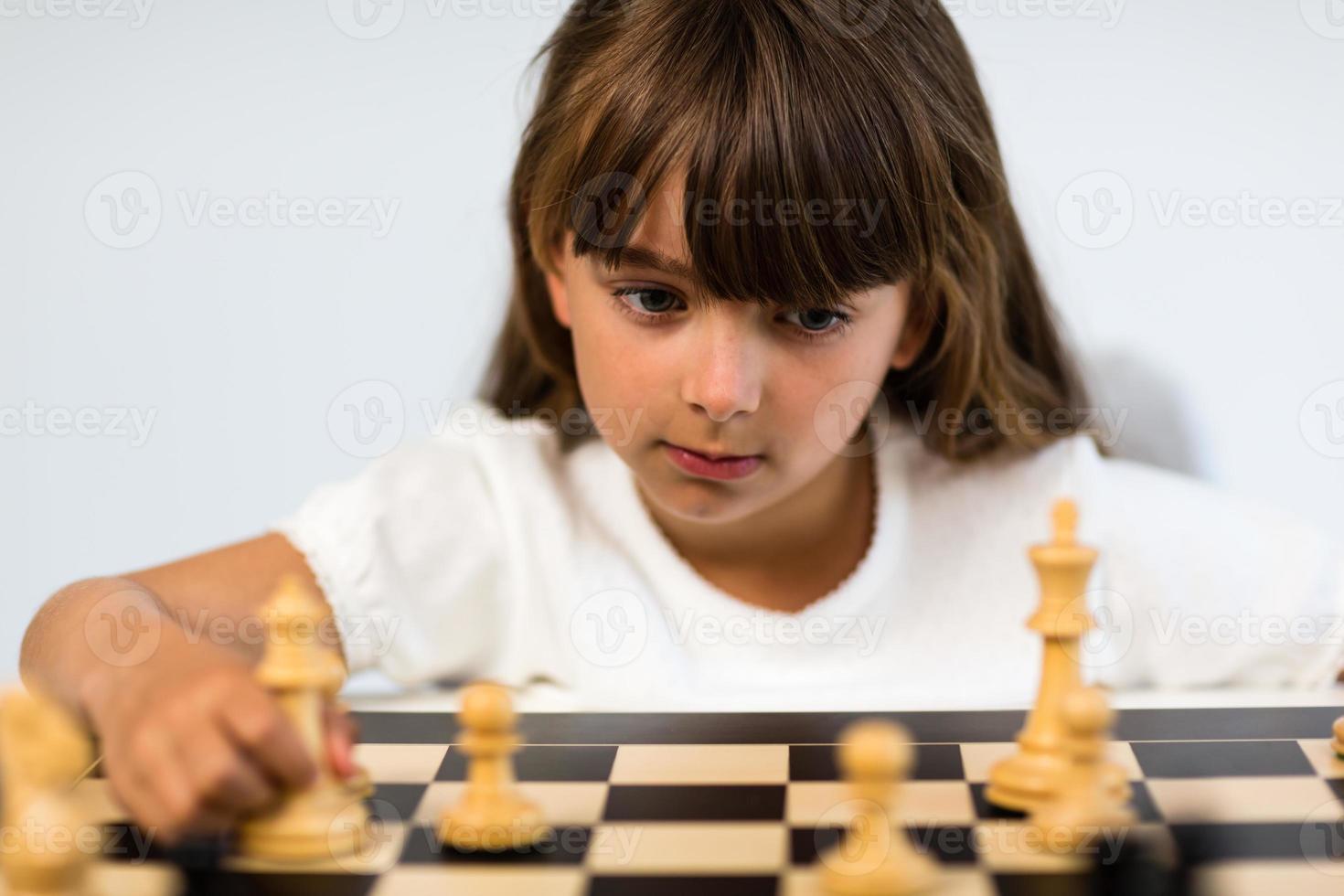 flicka som spelar schack foto
