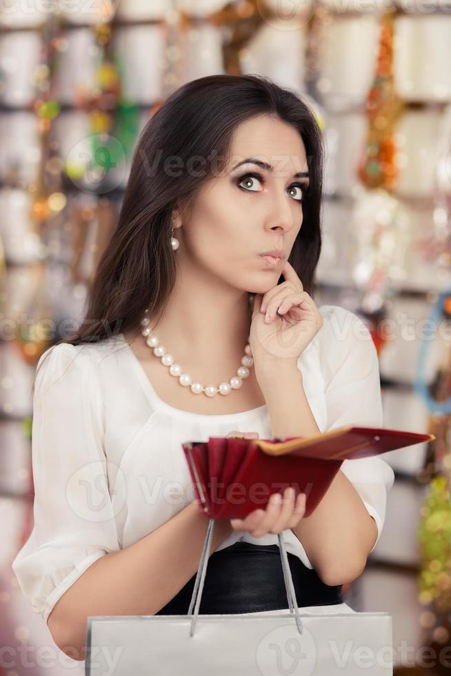 söt bruten kvinna på shopping kontrollera plånboken foto