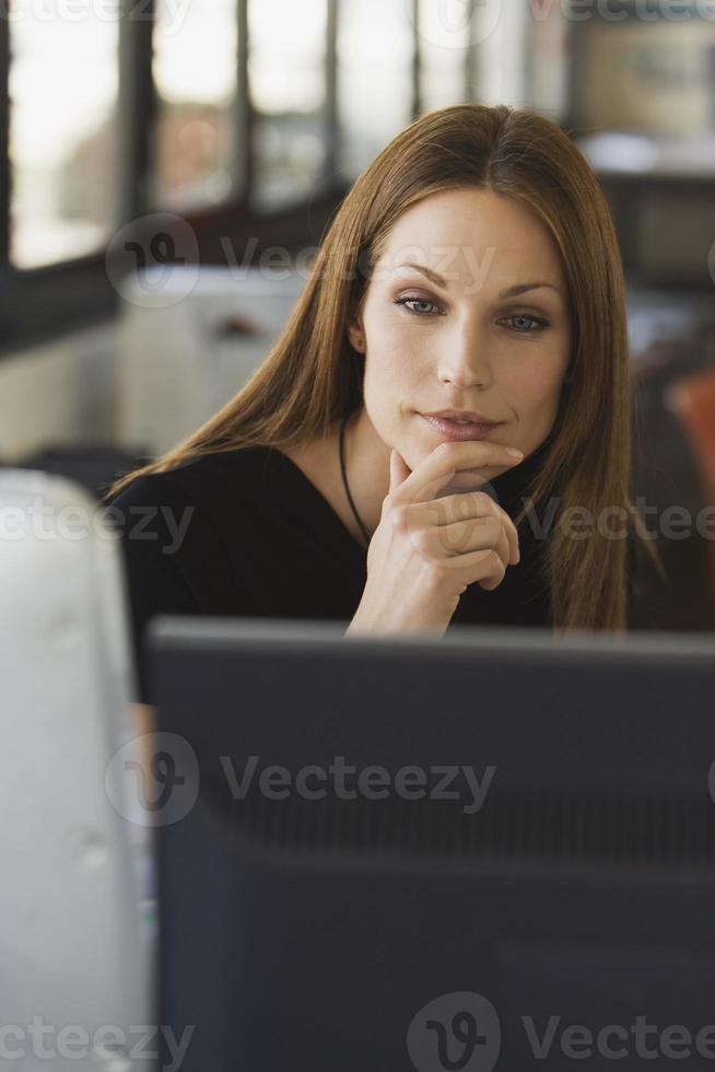 ung kvinna i office, porträtt foto