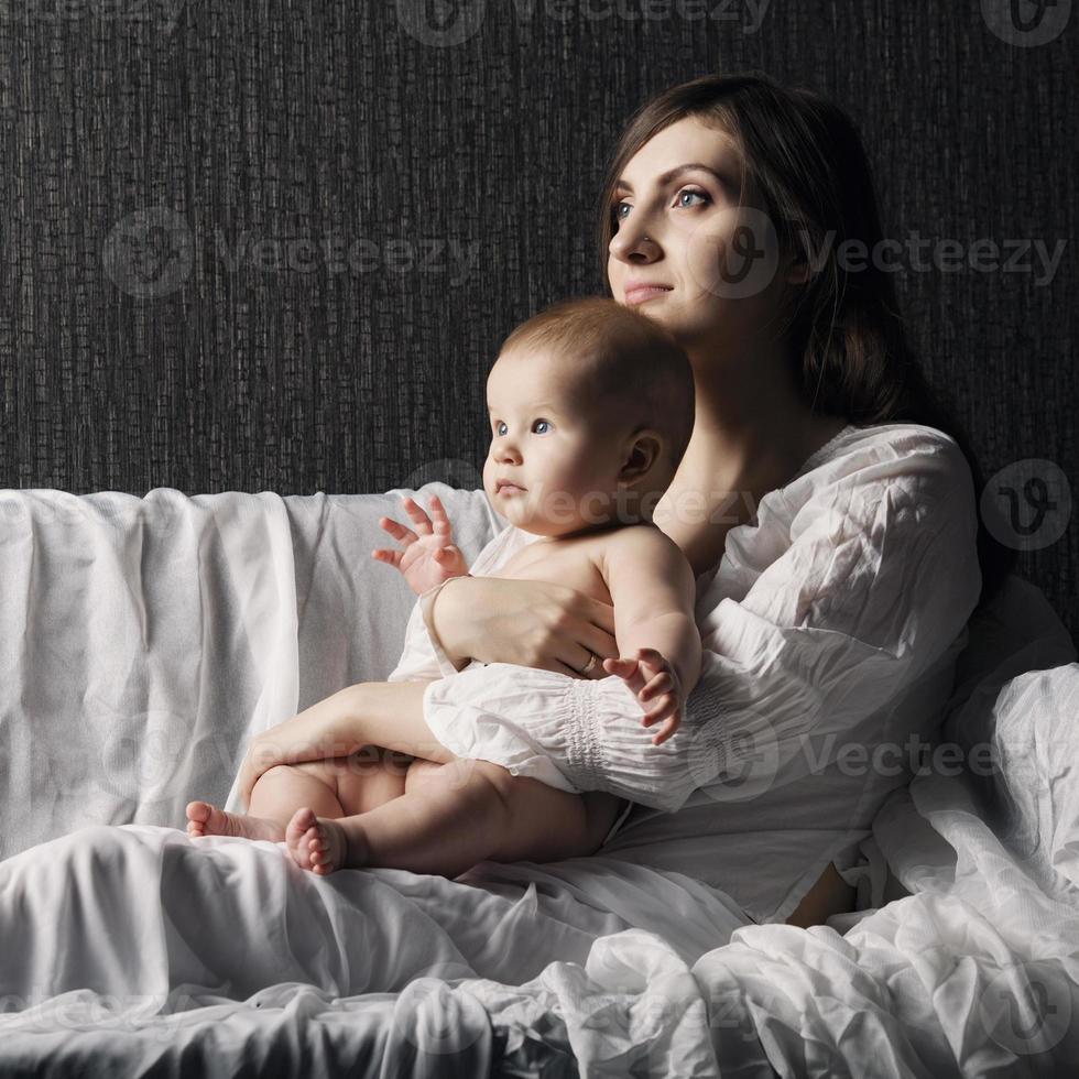 glad mamma med sitt barn foto